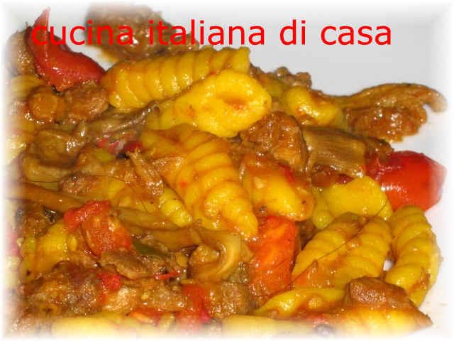 Come preparare i malloreddus gnocchetti sardi al rag di cinghiale con i funghi ricetta - Cucina italiana di casa ...